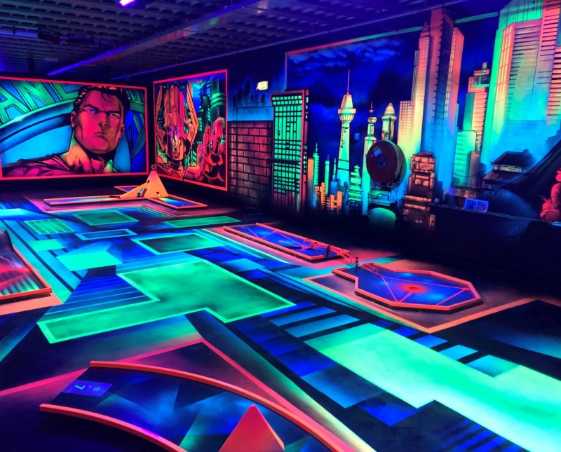 Glow-minigolf-Action-Hero